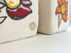 Dettaglio portavasi fiore in ceramica decorata